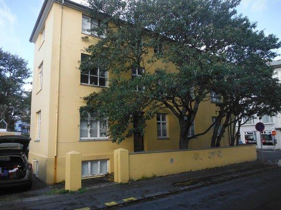 """House of the Spirits: La """"maison jaune"""", avec l'entrée principale et ses grands arbres"""