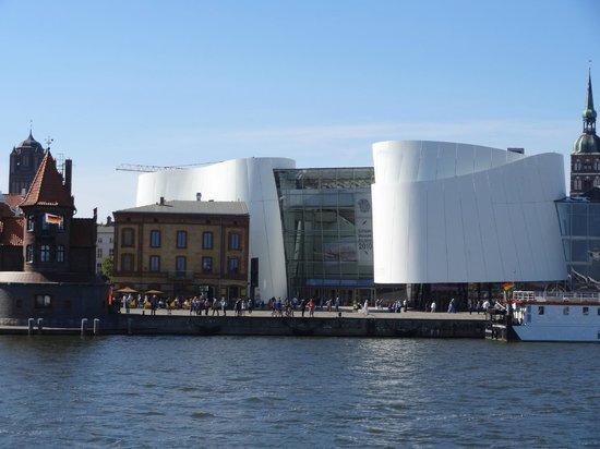 Ozeaneum: Außenansicht des Gebäudes vom Wasser aus