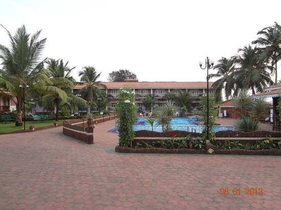 Hotel Goan Heritage: The pool area with the other hotel wing in the background