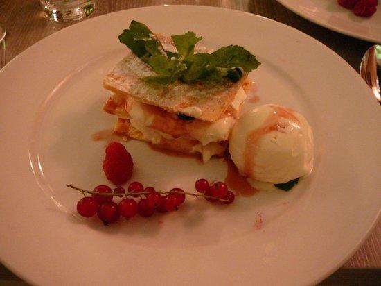 Floc Restaurant: Dessert mit Blätterteig/Amarenakirschen