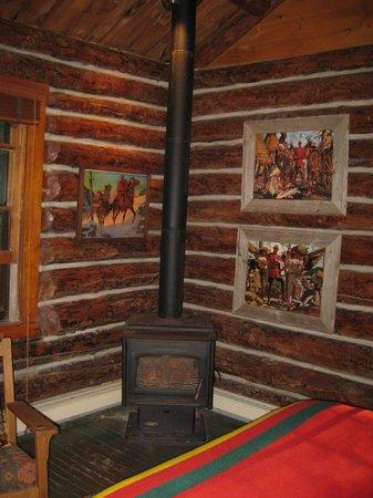 Spider Lake Lodge Bed & Breakfast Inn: Wood stove in the Bear's Den