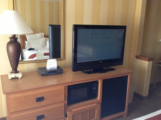 Holiday Inn Express Hotel & Suites Carpinteria : TV/microwave/fridge/no outlet on lamps.