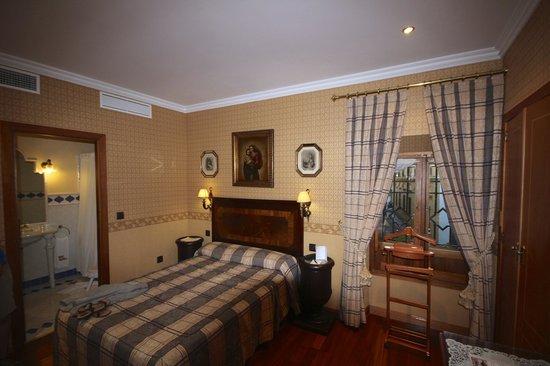 Hotel La Llave de la Jurderia: Room with stree view