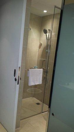 Centro Al Manhal Abu Dhabi by Rotana: Shower - very nice