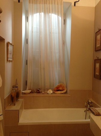 Le Clos Violette : Bathroom - There is a shower also