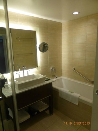 Westin Wall Centre Vancouver Airport: Hotel Room Wash room