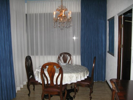 La Mansion Inn: Dining area at our room