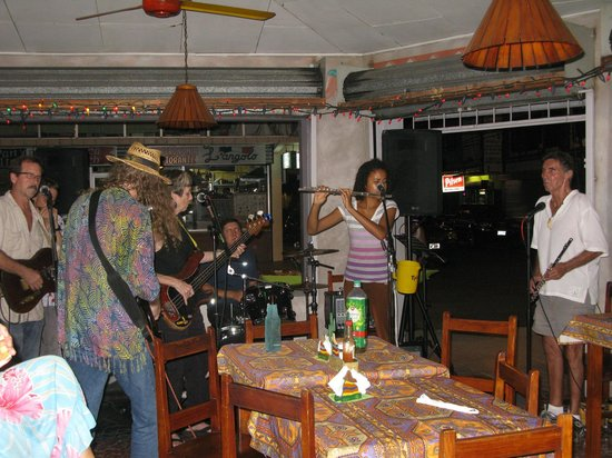 La Mansion Inn: Live music at Dos Locos bar at Quepos
