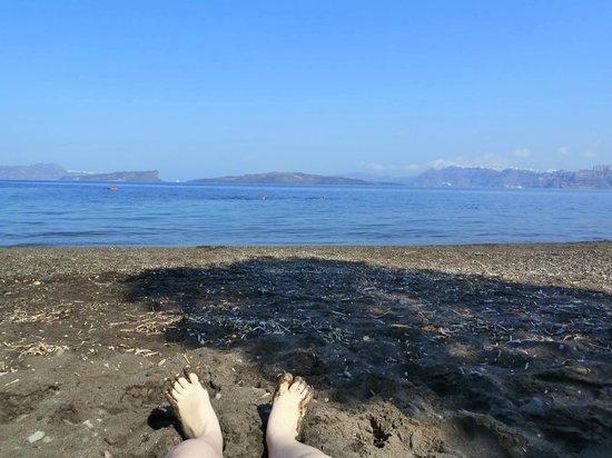 Kokkinos Villas: La plage face à la caldeira