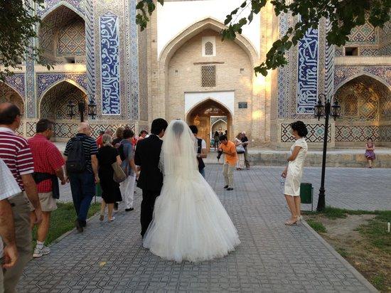 Asia Bukhara Hotel: Corteo nuziale davanti alla madrassa vicina all'hotel