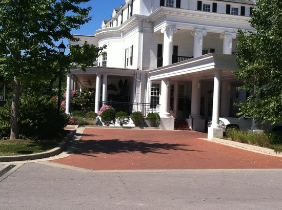 Boone Tavern Hotel: view of the front of the hotel