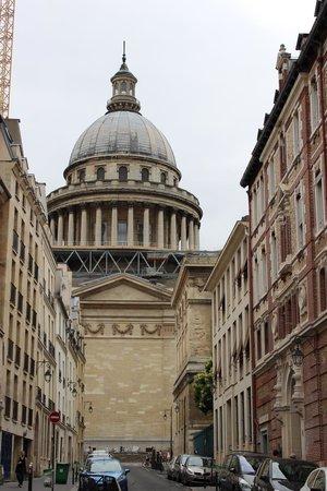 """Hotel de Notre Dame """"Maitre Albert"""": Пантеон - вдимость с улицы оттеля"""