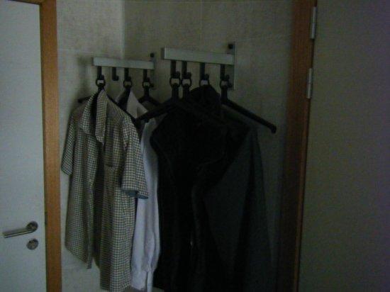 Best Western Flanders Lodge: coat but not trouser hangers