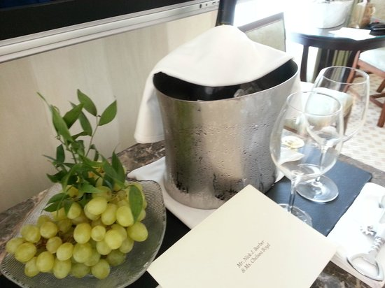 Four Seasons Hotel Boston: White wine and grapes from hotel GM