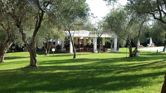 Saint Nicholas Hotel: Gardens and dining area