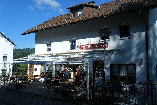 Eisensteiner Hof: Outside the hotel, restaurant side