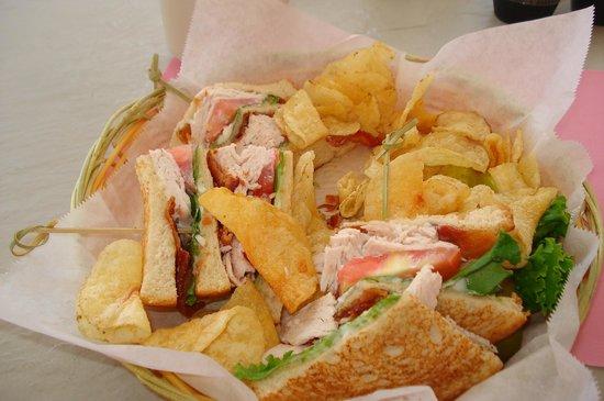 Sandcastle Resort at Lido Beach: Lekkere sandwiches bij het zwembad