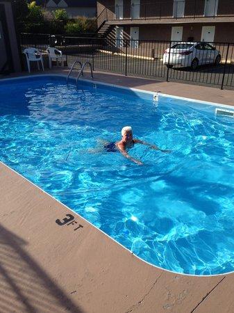 Canadas Best Value Inn & Suites: Cool pool!