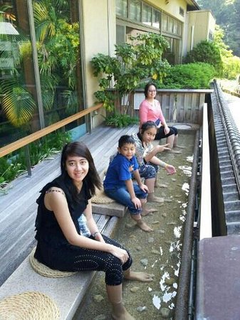 Hotel Kajikaso: onzen for feet on hotel lobby with very good scenery of the village