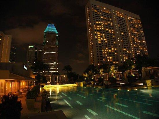 Mandarin Oriental, Singapore: Pool by night
