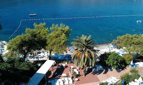 Hunguest Hotel Sun Resort : Круглые столики находятся на летней террасе ресторана