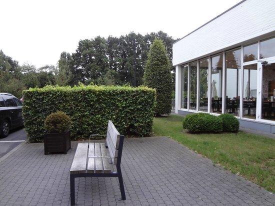 Holiday Inn Brussels Airport: Front garden