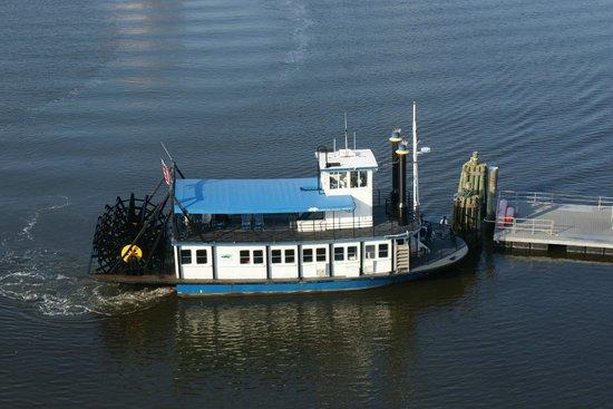 Sheraton Norfolk Waterside Hotel : The paddlewheel ferry, taken out the window