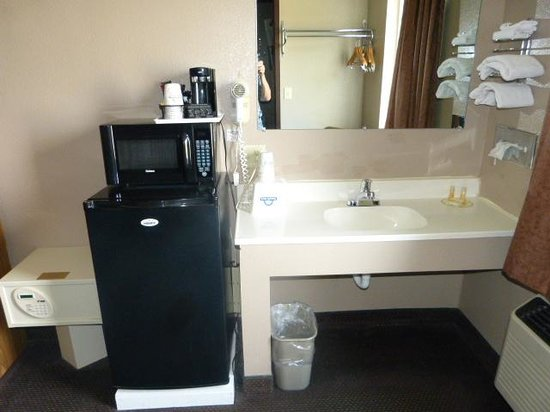 Days Inn Jamestown: Fridge, Microwave, Safe