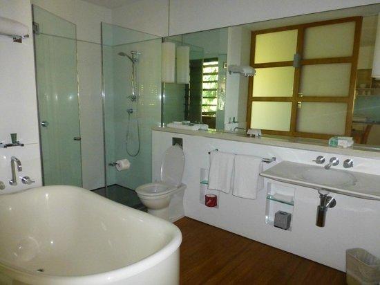 The Byron at Byron Resort & Spa: E20 standard room - bathrom