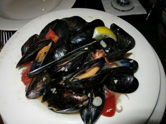 Middle Grounds Grill : Mussel in white wine butter garlic sauce .. yuuuuuuummy