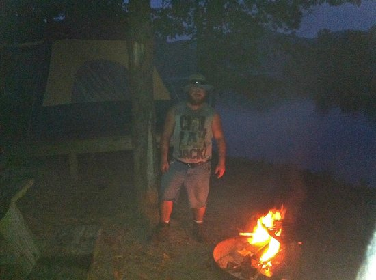 Stonewall Resort: Just about dark & had a nice fire going as we tent camped.