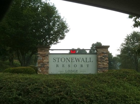Stonewall Resort: The entrance into the resort.