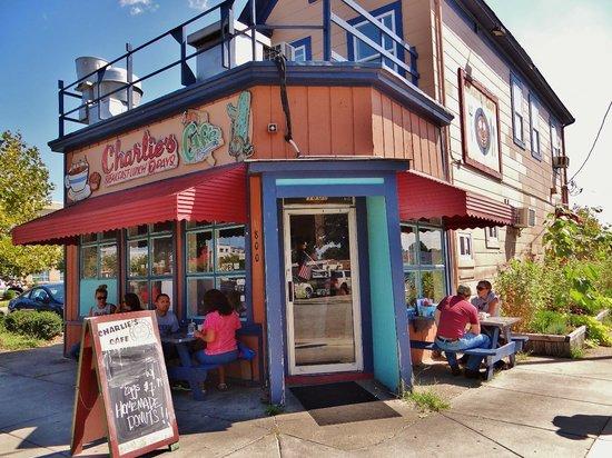 Charlie's Cafe: Charlie's w/outside dining front & back