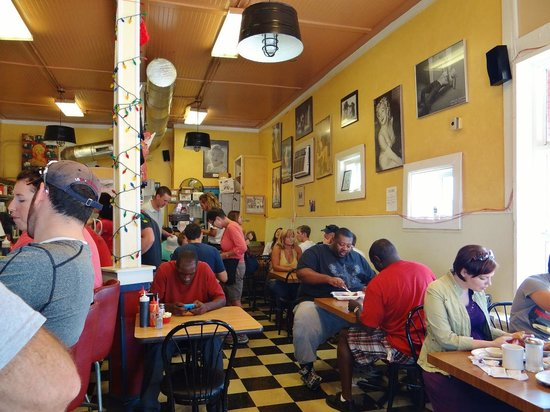 Charlie's Cafe: Dining inside Charlie's.