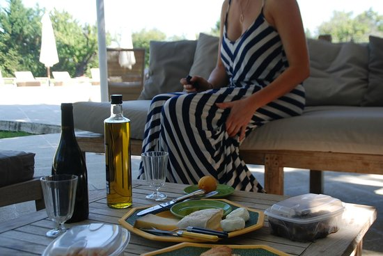 Domaine du Moulin: picnic by the pool