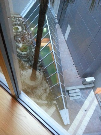 Radisson Blu Plaza Hotel Sydney : Atrium veiw of pool from 3rd floor