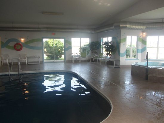 Quality Inn & Suites: Pool Area