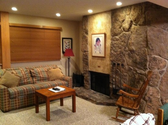 Laurelwood Studios : Studio living room w/fireplace