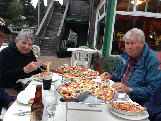 The Pizza Garden: Dinner on the deck with family!