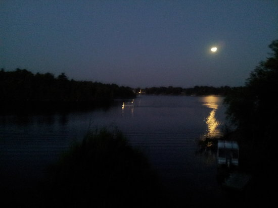Southbay Guesthouse: Full moon over lake Ramsey.