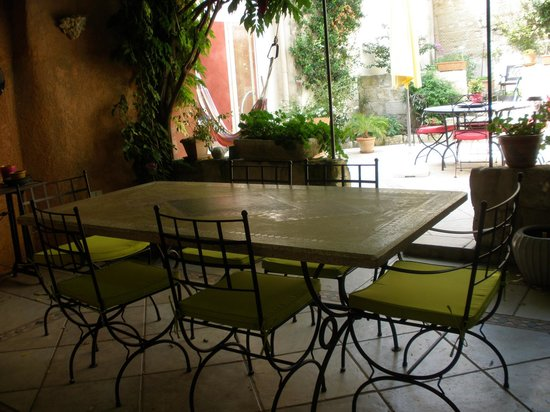 Le Clos du Rempart : Looking out from the breakfast area to patio