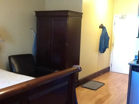 Spanish Bay Inn and  Suites: Wardrobe
