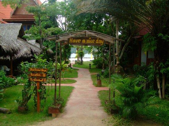 Baan Panburi Village At Yai Beach: Der Weg zum Strand durch die Anlage