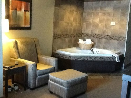 Best Western Plus Dartmouth Hotel & Suites : Easy chair and jacuzzi