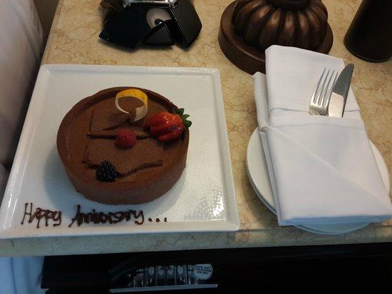 Shangri-La Hotel, Qaryat Al Beri, Abu Dhabi: The cake we found in our room