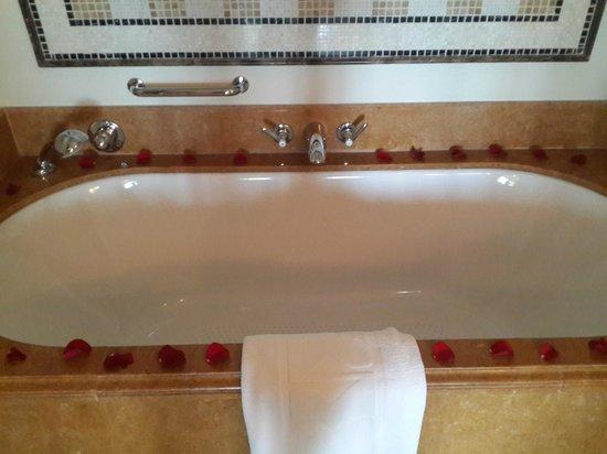 Shangri-La Hotel, Qaryat Al Beri, Abu Dhabi: The bath tub