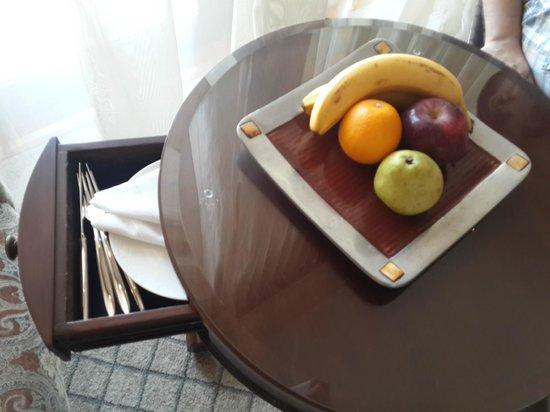 Shangri-La Hotel, Qaryat Al Beri, Abu Dhabi: Welcome Fruits