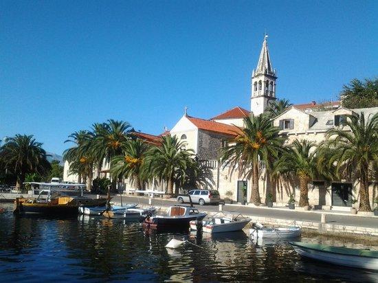 Brac Island, Croatia: Charming quayside restaurant in picturesque bay