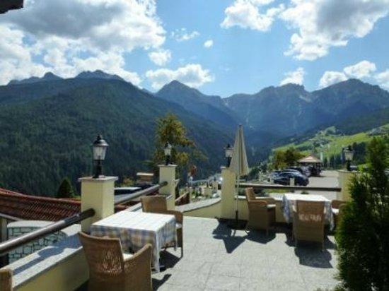 Alpin Panorama Hotel Hubertus : Terrasse mit Blick Richtung Süden