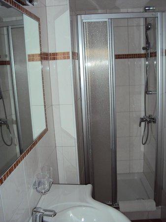Hotel Kertess: Bad und Dusche für dünne Heringe
